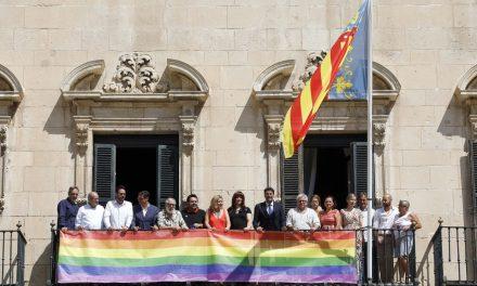 Alacant se suma a la celebració de la setmana de l'Orgull i desplega la bandera LGTBI al balcó de l'Ajuntament