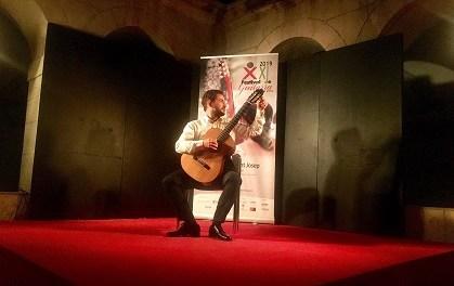 La noche del domingo se llenó de matices con la depurada técnica de Pedro Mateo González en el Festival de Guitarra ciutat d'Elx