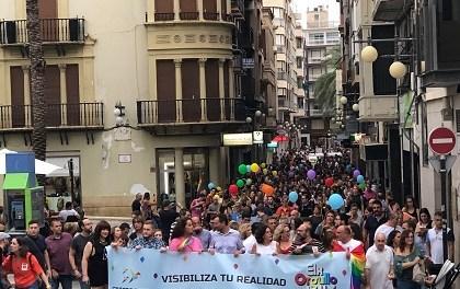Un millar de personas participan  en el primer desfile del colectivo LGTBI que se celebra en Elche
