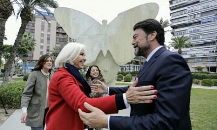 """L'alcalde d'Alacant visita amb Hortensia Herrero l'emplaçament de l'escultura monumental """"La Papallona"""", donada a la ciutat per la fundació que presideix"""