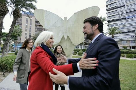 """El alcalde de Alicante visita con Hortensia Herrero el emplazamiento de la escultura monumental """"La Mariposa"""", donada a la ciudad por la fundación que preside"""