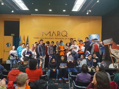 Alumnos y alumnas del colegio El Somni recogen el premio al cuento ganador del certamen 'Un MARQ de cuentos'