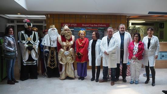 Los Reyes Magos realizan su primera parada en el Hospital Vega Baja a su llegada a Orihuela