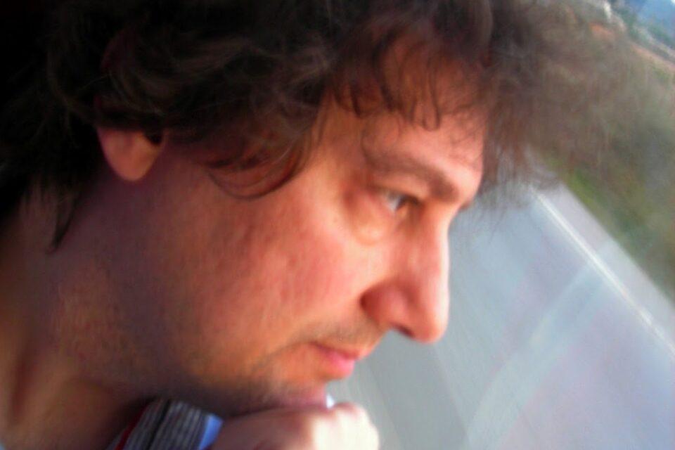 Cruzamos el Puente de los espejos con… José María Piñeiro: Las raíces del velo