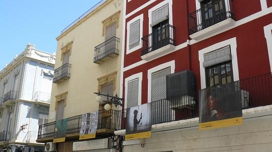 Les imatges del projecte #PHEdesdemibalcón converteixen els carrers i places del centre d'Elx en un museu a l'aire lliure de la fotografía