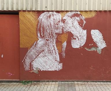 El artista ibense Fefeto repinta, junto a Engafat, el mural atacado el Día del Orgullo