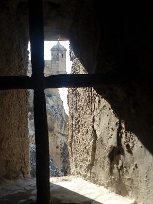 La restauración del Baluarte de la Mina en el Castillo de Santa Bárbara permite encontrar restos de proyectiles del siglo XVIII y un fragmento de una yesería islámica