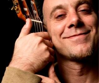 SOStenemos Cultura presenta al músico Claudio H. que juega con las palabras y los ritmos en el escenario