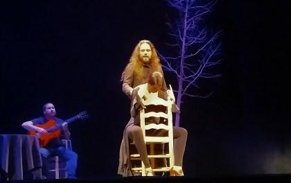 Una conferència comptada, ballada i cantada per la balladora Samara Fernández en el Teatre Chapí de Villena