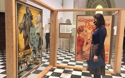 El Centro Cultural Clarisas de Elche acoge la exposición 'Carteles del cine' del Museo Escolar de Puçol hasta el 31 de enero