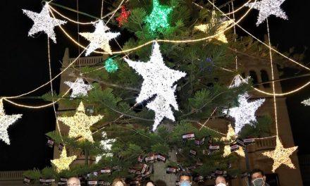El MARQ arranca su programación navideña con el encendido del árbol y un homenaje al colectivo sanitario