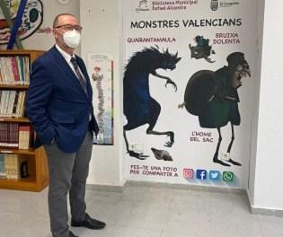 """La Biblioteca pública de El Campello rescata els """"monstres valencians"""" per a redecorar la seua sala infantil"""