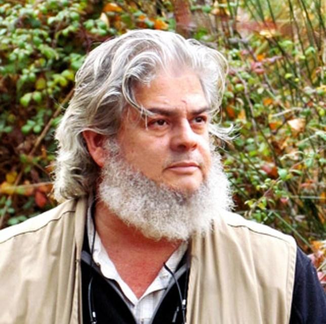 Cruzamos el puente de los espejos con… León Molina : Esperando a los pájaros del sur