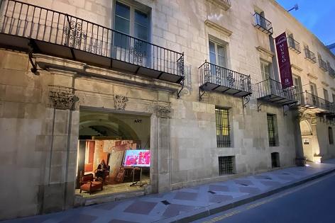 María Chana inaugura el nou 'aparador' del MUBAG que trau al carrer l'obra d'artistes contemporanis