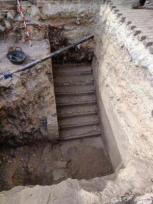 Las excavaciones sacan a la luz la entrada y las escaleras del refugio antiaéreo de la plaza de Baix de Petrer