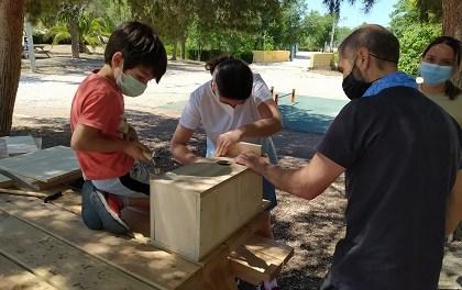 Más de 60 personas han participado en los tres talleres organizados para conocer las aves que habitan en el área urbana de Elda