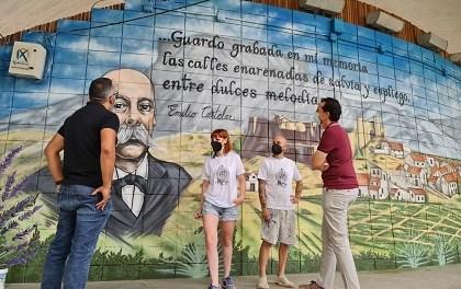 La Plaza Castelar de Elda renueva su imagen con un mural de 12 metros en homenaje al político que lleva su nombre