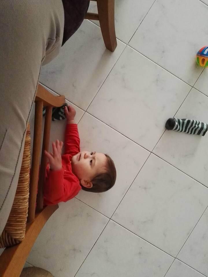 bebe bajo silla