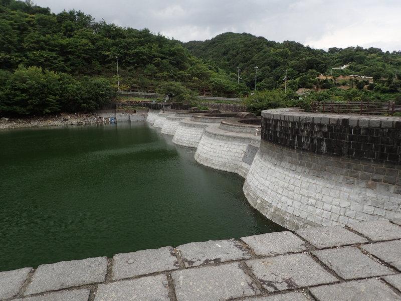 ダムの正面側。アーチが並んでいるのが分かります。