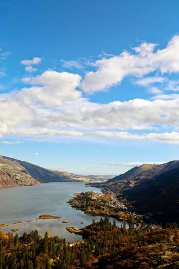 Rowena Crest Viewpoint - an hour and a half east of Portland, Oregon // localadventurer.com