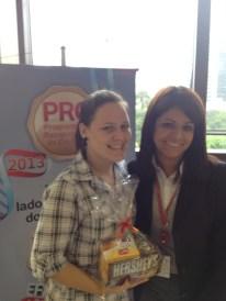 Raissa Soares (premiada com o Desafio de Páscoa) e Alexandra (coordenadora) na filial Curitiba