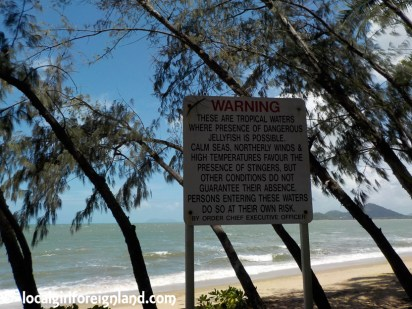 palm-cove-beach-warning-sign-0254
