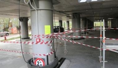 Gli isolatori transennati in attesa della rimozione in uno degli edifici del progetto Case