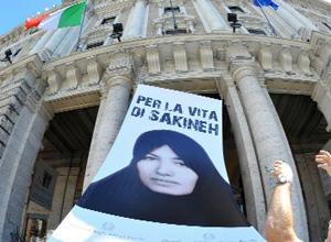 Gigantografia di Sakineh per dire no alla lapidazione