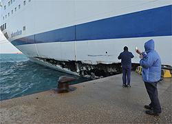 Civitavecchia, il traghetto per Olbia sbatte contro la diga foranea