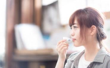 日本酒の試飲を楽しむ女性