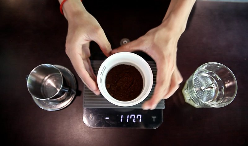 Adding 20 grams ground vietnamese coffee beans robusta to your phin filter.