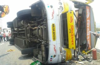 The overturned bus on the Mumbai-Pune expressway. Picture Courtesy: Manoj Bidkar