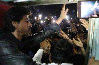 SRK at Vadodara station. Picture Courtesy: SRK Fan Club