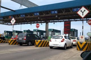 Bandra-Worli sealink toll booth. Picture Courtesy: Devashree/Panoramio