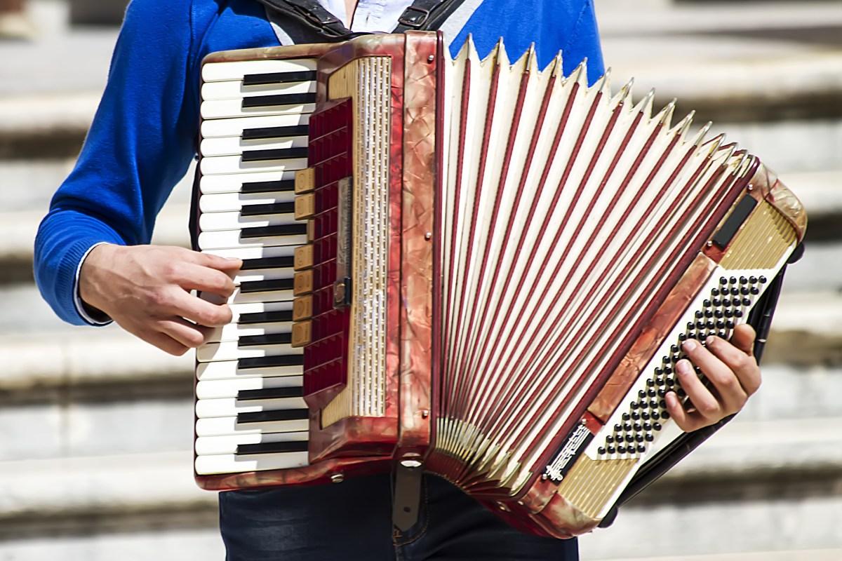 accordion play instrument
