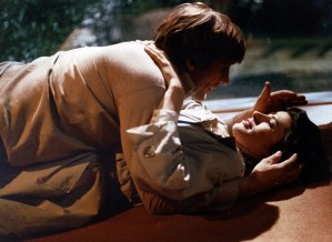 Fanny Ardant e Gérard Depardieu in La signora della porta accanto