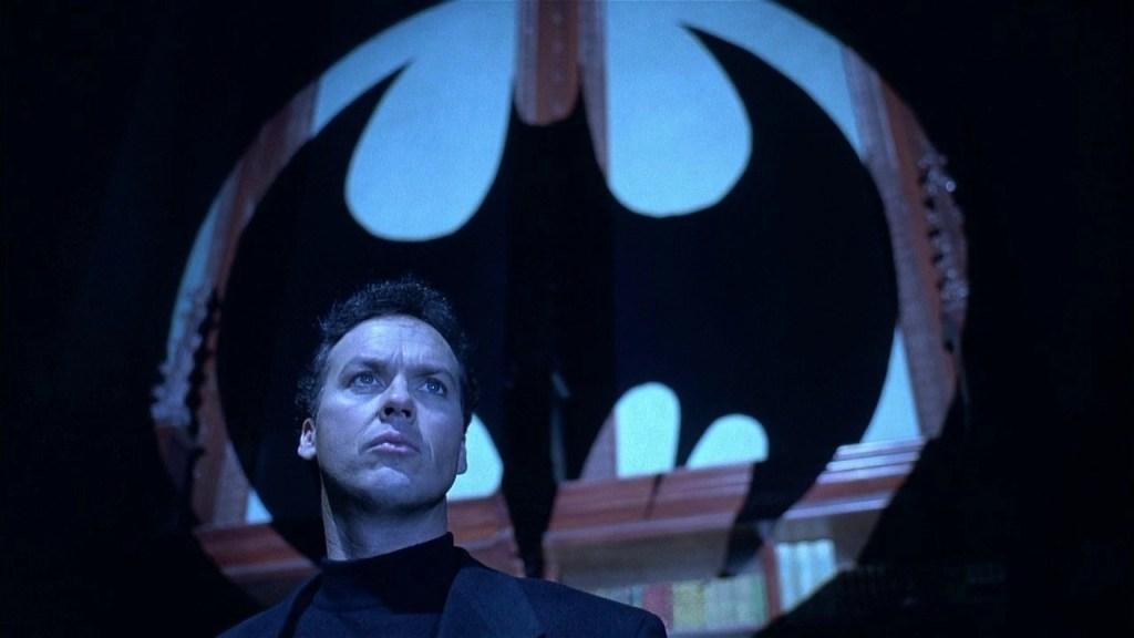 Bruce Wayne (Michael Keaton) in una scena del film - Batman Returns