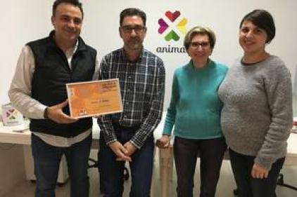 Miguel Angel Sarrió feia entrega del diploma del premi a ANIMA