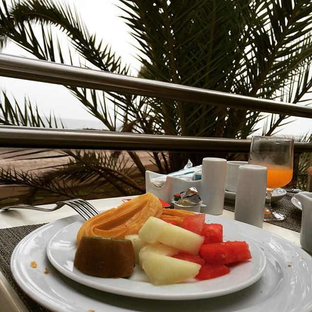 Frühstück unter Palmen. Gran Canaria #breakfast #grancanaria #tasty #partlyhealthy #outside #churros #melon #fruits