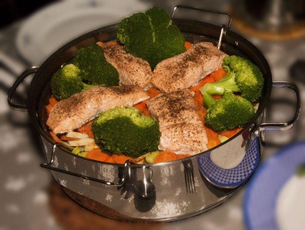 Det at du kan heve risten og sette pannen på bordet, bevarer temperaturen under hele måltidet.