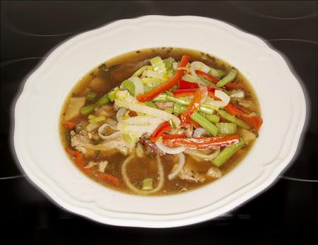 Kjøttsuppe med wok-grønnsaker
