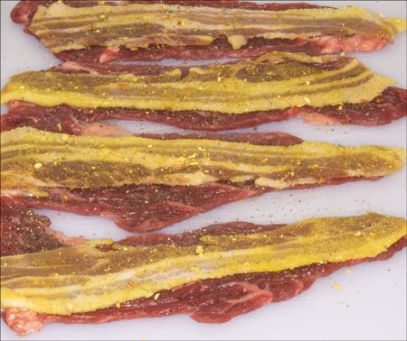 Krydret og med bacon, klar til å rulles.