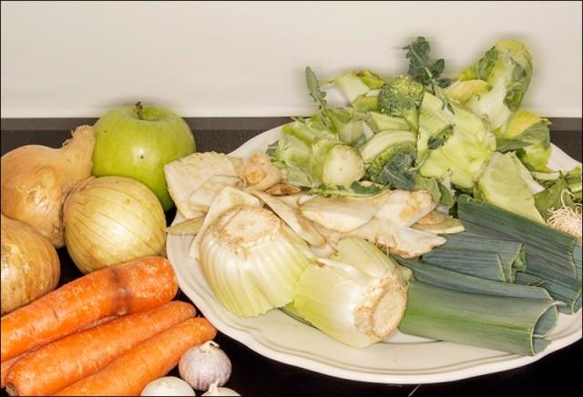 """All slags grønnsaksrester kan brukes, men løk, sellerirot og gulrot er et """"must""""."""