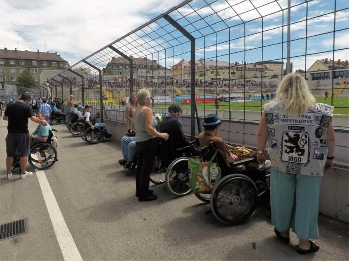 Rollstuhlfahrer im Grünwalder Stadion