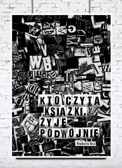 """Plakat z Cytatem. """"Kto czyta książki – żyje podwójnie"""" Umberto Eco."""