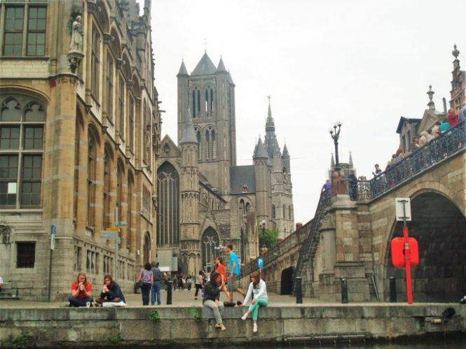 Puentes, canales y mucha vida en Gante