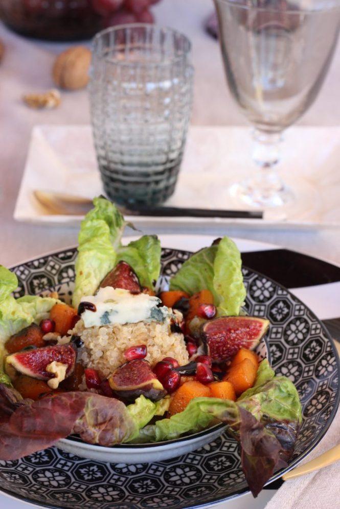 Mesa otoñal con ensalada de quinoa y calabaza