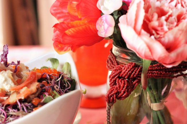 Ensalada morada con salmón ahumado para una mesa elegante