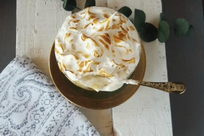 Mousse de piña con merengue y bizcocho