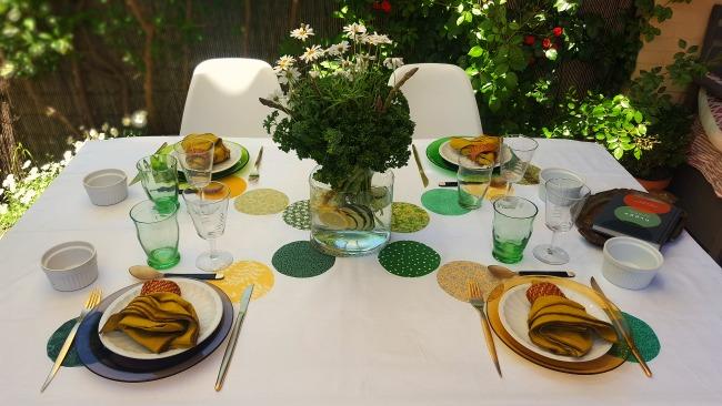 Una mesa con encanto y mucho verde